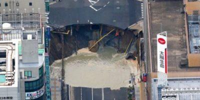 Japoneses reparan gigantesco hoyo en la calle en ¡dos días!