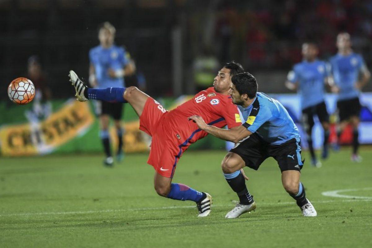 Los golpes a Gonzalo Jara (2013): Entre empujones y forcejeos típicos de un tiro de esquina, Suárez se descontroló y le dio un puñetazo en la cara a Gonzalo Jara. Foto:AFP. Imagen Por: