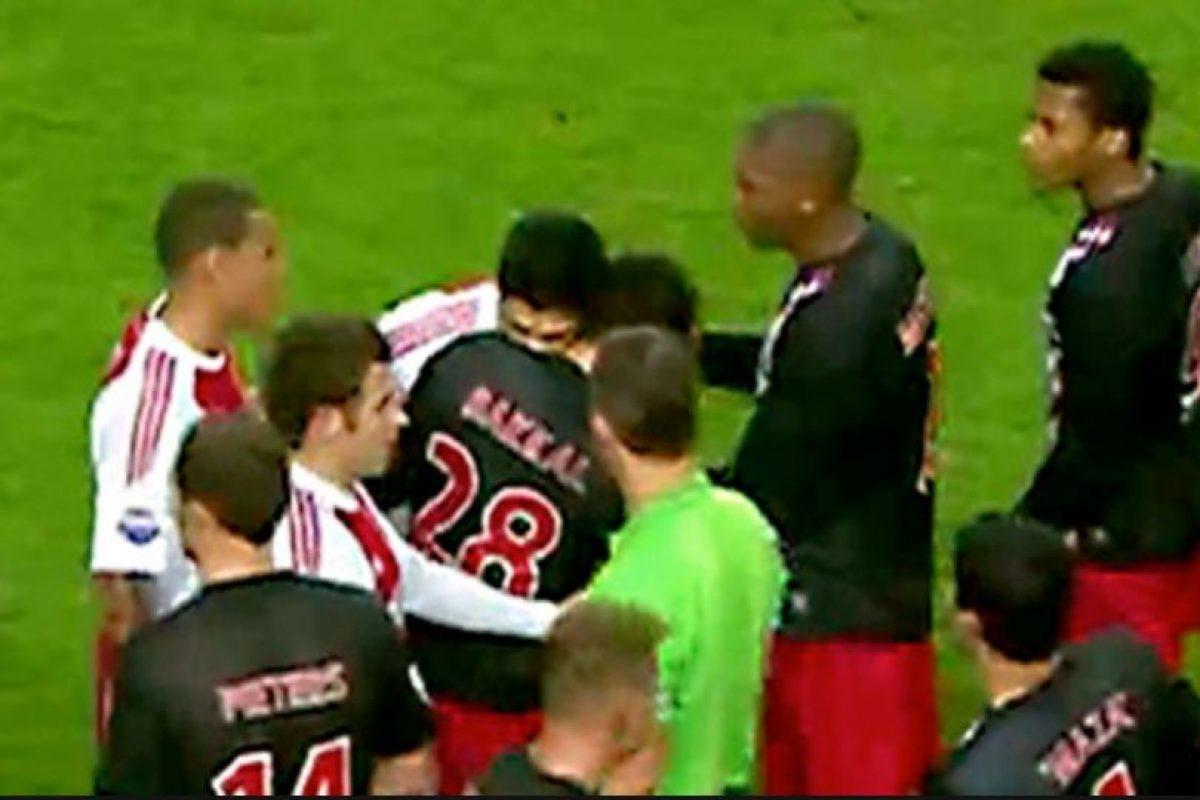 Los mordiscos de Luis Suárez-Otman Bakkal (2010): Ya llevaba un tiempo jugando por Ajax, pero aún no demostraba su carácter. Eso hasta que mordió a Otman Bakall en el hombro. Después demostraría que no era una casualidad y parecía una costumbre. Foto:Getty Images. Imagen Por: