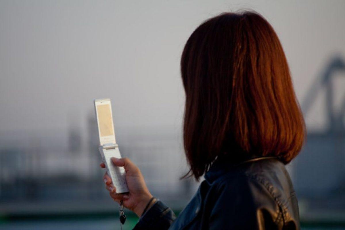 """A finales de los 90`s los celulares """"clamshell"""" (tipo almeja) daban la comodidad de poder entrar en cualquier bolsillo. Con la implementación de las pantallas táctiles este modelo se fue dejando atrás y hoy se estaría planteando una """"pantalla que se dobla"""" trayendo el concepto """"clamshell"""" de regreso. Foto:Getty. Imagen Por:"""
