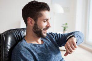 """Los accesorios del tipo """"wereable"""" (vestales) como relojes o collares que vibran, son una clara manifestación de la reducción de tamaño de los accesorios que ahora buscan acompañarnos todo el día. Foto:Getty. Imagen Por:"""
