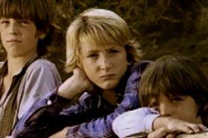 Escena del capítulo 11 de la primera temporada de la serie, en 1974. Al centro se aprecia a Sean Penn.. Imagen Por: