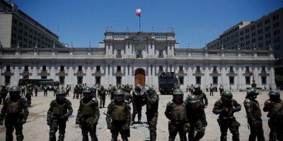 Reabren puertas de La Moneda tras banderazo: manifestación deja dos heridos y tres detenidos