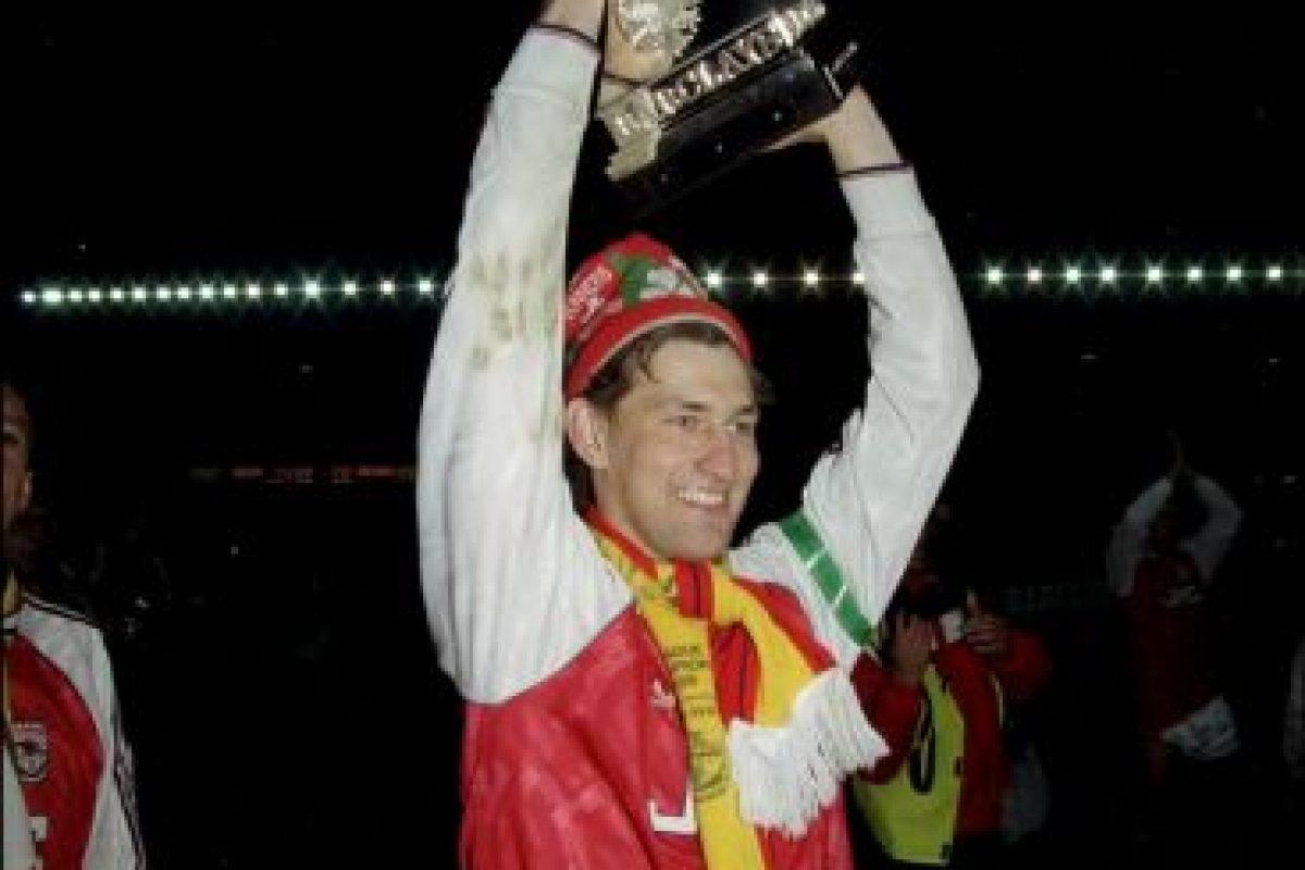 Tony Adams: Uno de los grandes jugadores que ha tenido Arsenal, donde acumuló, entre otros títulos, cuatro Premier League. Reconoció que era alcohólico y que llegó a jugar borracho, teniendo una dura lucha por superar su adicción. Ahora que ya dejó el vicio de lado, ayuda a otras personas que tienen problemas con el alcohol para que lo dejen de lado. Foto:Getty Images. Imagen Por: