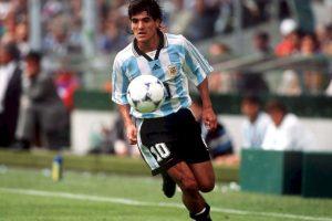 Ariel Ortega: Talentoso futbolista argentino, era el llamado a ser uno de los mejores diez de la historia e, incluso, muchos lo comparaban con Diego Maradona. Sin embargo, su adicción al alcohol no le permitió triunfar como debía y terminó en rehabilitación. Foto:Getty Images. Imagen Por: