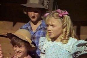 Otra escena de aquel capítulo de la Pequeña Casa en la Pradera con Penn luciendo un sombrero,. Imagen Por: