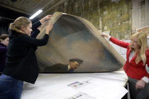 El lienzo son con la pintura de Lenin que cubría el retrato del zar. Foto:AFP. Imagen Por: