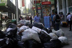 A las 07:00 horas del viernes se retomó el retiro habitual de residuos domiciliarios, con el refuerzo del plan de contingencia con el fin de normalizar la situación de aseo durante el fin de semana. Foto:Agencia UNO. Imagen Por: