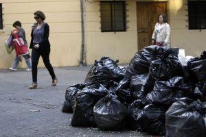 A las 07:00 horas del viernes se retomó el retiro habitual de residuos domiciliarios, con el refuerzo del plan de contingencia con el fin de normalizar la situación de aseo durante el fin de semana. Foto:Aton. Imagen Por: