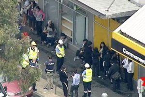 Según la policía, el hombre entró en una agencia del Commonwealth Bank en Springvale, un suburbio de Melbourne, con un líquido inflamable. Foto:Reproducción 7News. Imagen Por: