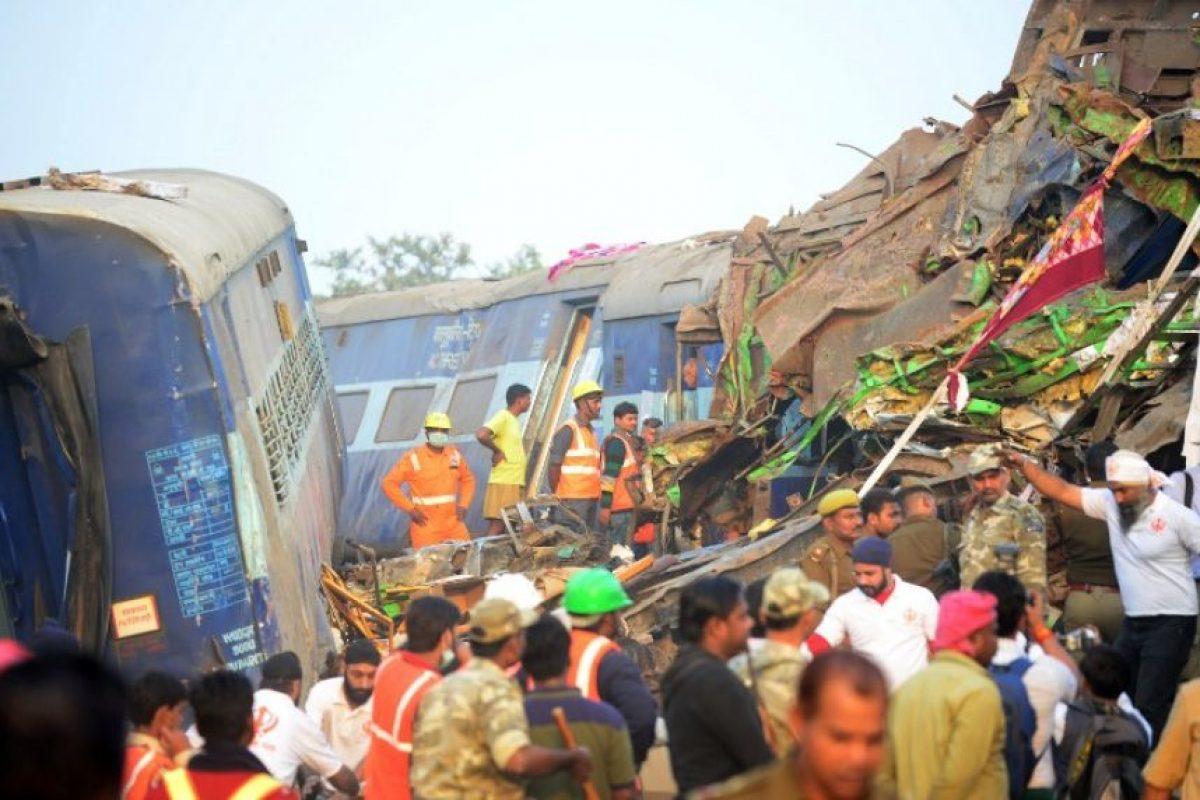 Se estima que más de 2.000 personas se hallaban en el tren, pero como muchos pasajeros viajan en India sin asientos reservados o incluso sin billetes es imposible conocer exactamente ese dato. Foto:Afp. Imagen Por: