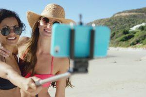 Los selfie stick son un accesorio tecnológico muy popular. Hoy son el compañero ideal para quienes quieren aparecer en todas las fotografías. Foto:Getty. Imagen Por: