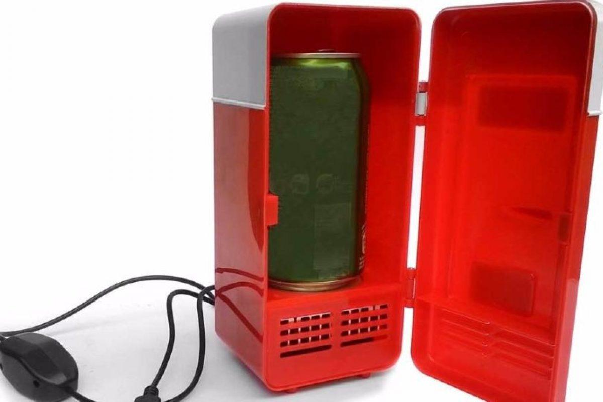 Si deseas mantener una bebida helada cerca tuyo, hoy existen los mini refrigeradores usb. Tienen la capacidad para una lata de 350 cc. El compañero ideal para la oficina en verano. Foto:Captura. Imagen Por: