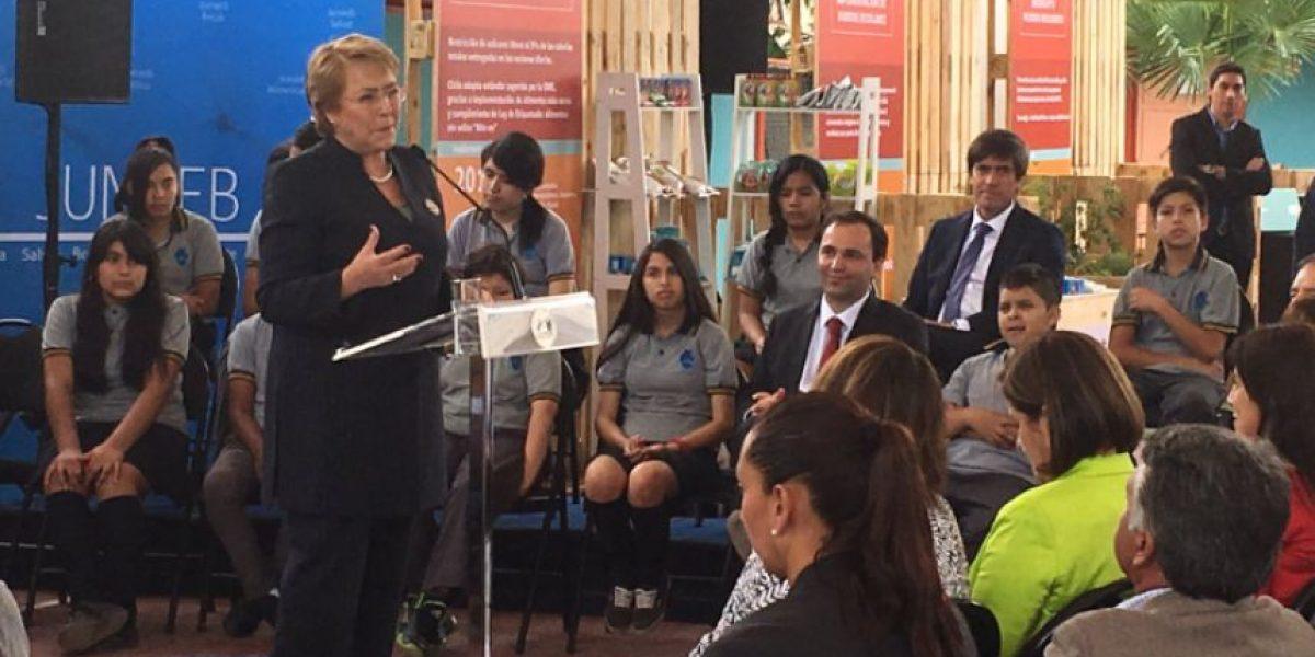 Bachelet anuncia pulsera inteligente para combatir la obesidad infantil en los colegios