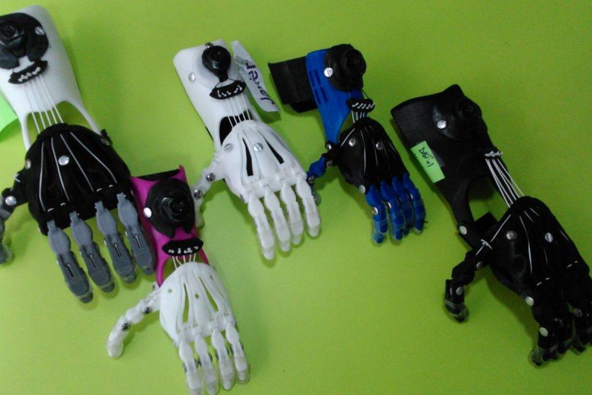 Las manos realizadas por impresoras 3d pueden ser personalizadas en distintos colores, por lo que llama la atención de los niños. Foto:Gentileza Fundación Teletón. Imagen Por: