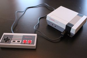 una de las principales críticas a la NES Classic es la corta longitud del cable del control. Foto:Nintendo. Imagen Por:
