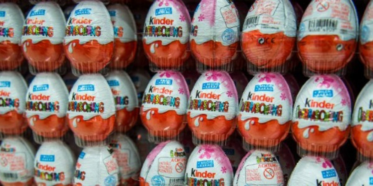 Investigan en Rumania supuesta explotación de niños para fabricar huevos Kinder Sorpresa