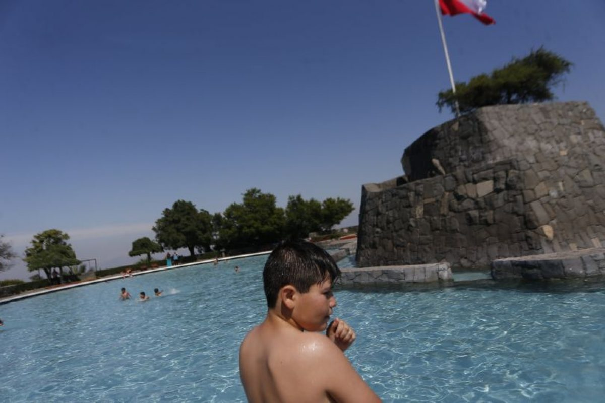 Niños juegan en el agua durante la apertura de la piscina Antilén junto con 100 vecinos de la zona norte de Santiago y 10 alumnos de una escuela de Ancud de la provincia de Chiloé, quienes disfrutarán de este balneario. Foto:Agencia UNO. Imagen Por: