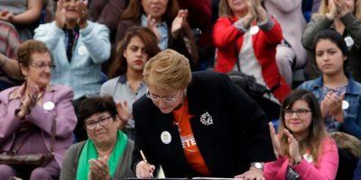 Bachelet firma proyecto de ley que amplía el delito de femicidio