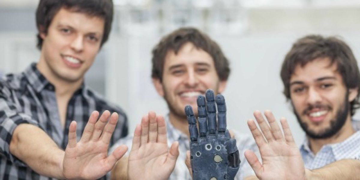 Estudiantes de ingeniería son los creadores de la primera mano robótica impresa en 3D de Chile