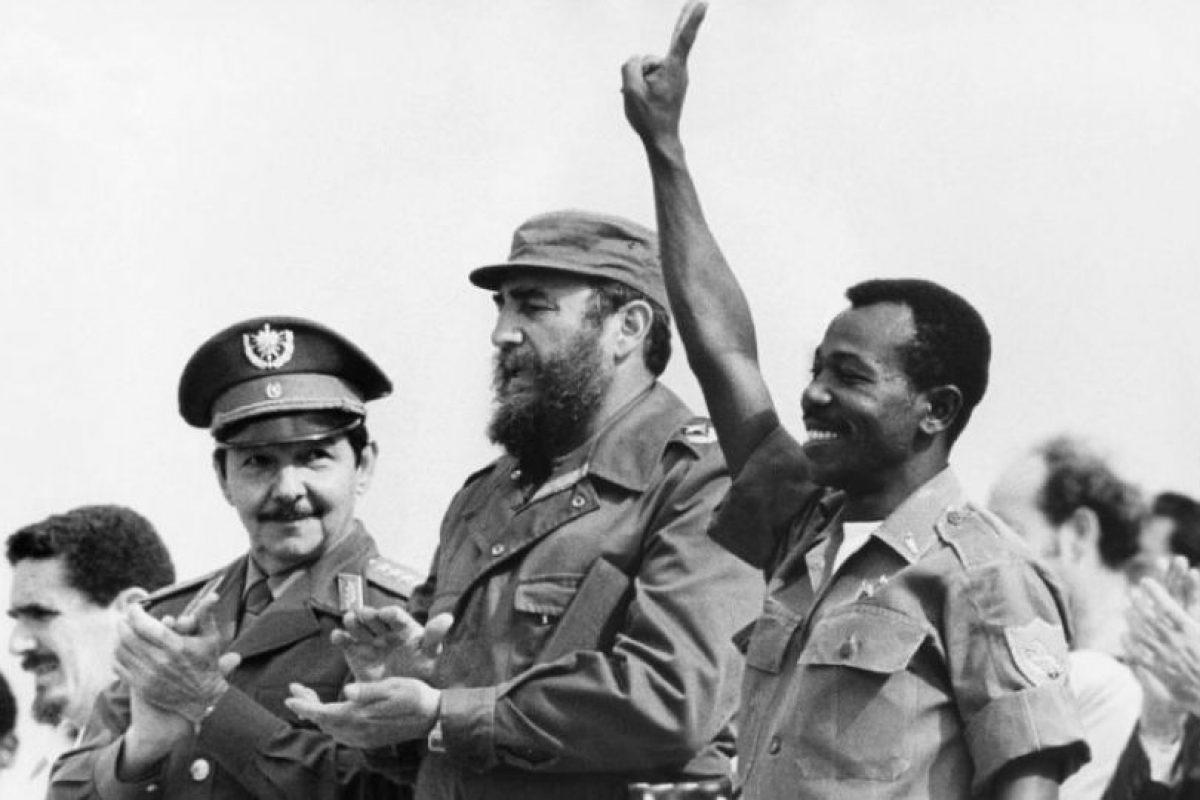 Fidel y su hermano Raúl junto al dictador etíope Mengistu Haile Mariam, a quien brindaron respaldo durante el conflicto con Somalia. Foto:Archivo. Imagen Por: