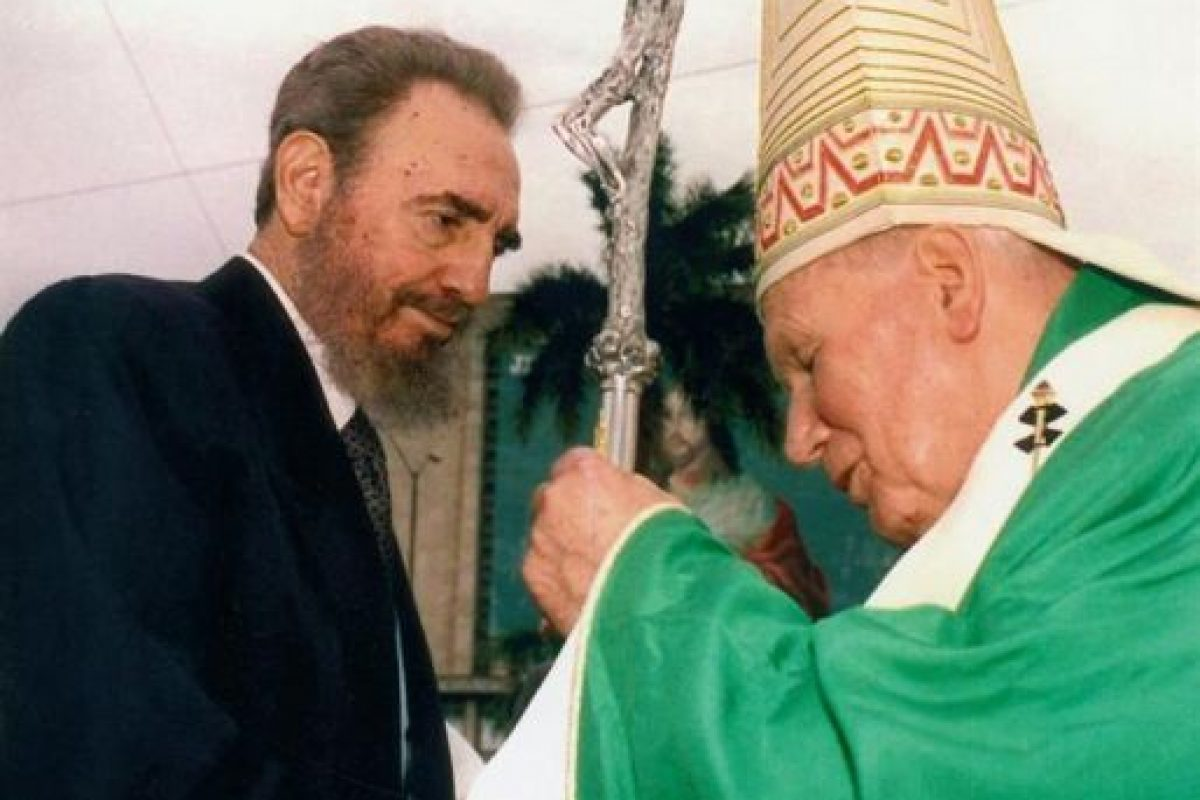 Fidel junto a Juan Pablo II. Foto:EFE. Imagen Por: