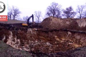 A través de su página web, los creadores de la plataforma transmitieron en directo durante toda la jornada de pasado 25 de noviembre, cómo una máquina retro excavadora realizaba el hoyo, en algún punto de Estados Unidos, cuyas coordenadas no fueron reveladas. Foto:Reproducción. Imagen Por: