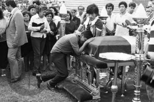 8 de diciembre de 1987.- Un bimotor 7-727 cae al mar en la localidad peruana de Ventanilla, cerca de Lima, con 53 personas a bordo. Sólo el piloto logró salvar la vida. Entre las víctimas se encontraban 16 jugadores del equipo de fútbol Club Alianza de Lima. Foto:Reproducción. Imagen Por:
