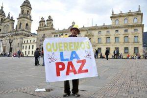 """""""Con un total de 75 votos por el 'Sí', no hay ningún voto en contra, ha sido aprobada la proposición"""" presentada para refrendar el acuerdo de paz firmado por el gobierno de Juan Manuel Santos y las Fuerzas Armadas Revolucionarias de Colombia (FARC, marxistas), informó la Secretaría del Senado. Foto:Afp. Imagen Por:"""