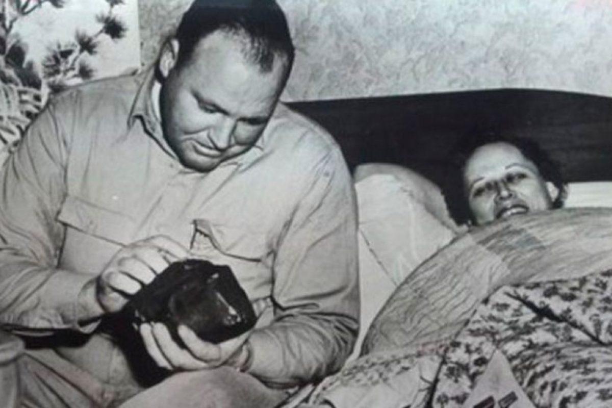 Ann Elizabeth Hodges y su marido observan el fragmento que golpeó a la mujer. Foto:Internet. Imagen Por: