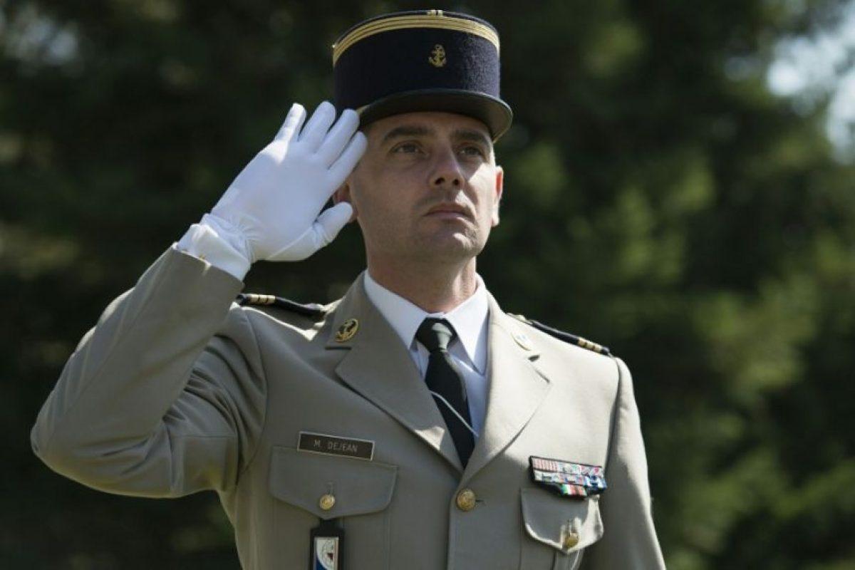 Un oficial francés realiza el saludo de palma al frente, un gesto que usa las FFAA de Francia y Reino Unido. Foto:AFP. Imagen Por: