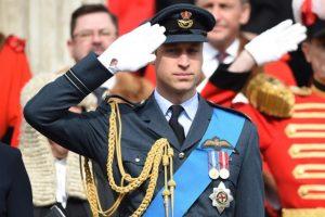 El Príncipe Guillermo realiza el saludo de palma al frente, tradicional del Reino Unido. Foto:AFP. Imagen Por: