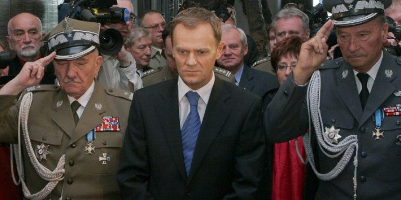 Generales polacos realizando el saludo de los dos dedos. Foto:AFP. Imagen Por:
