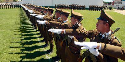 Efectivos de Carabineros realizando el saludo romano. Foto:Agencia Uno. Imagen Por: