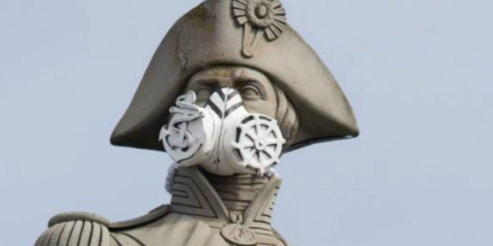 La estatua del Almirante Nelson, de la Trafalgar Square de Londres, con mascarilla. Foto:AFP. Imagen Por: