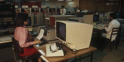Foto DC-000018 Autor desconocido. Operadora del computador IBM 145. Centro de Computación de la Universidad de Santiago de Chile. Fecha estimada 1985. Foto:Gentileza Universidad de Santiago. Imagen Por: