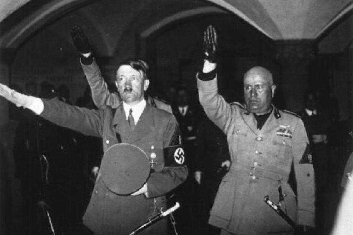 Hitler y Mussolini hacen el saludo fascista, una derivación del saludo romano. Foto:Getty Images. Imagen Por: