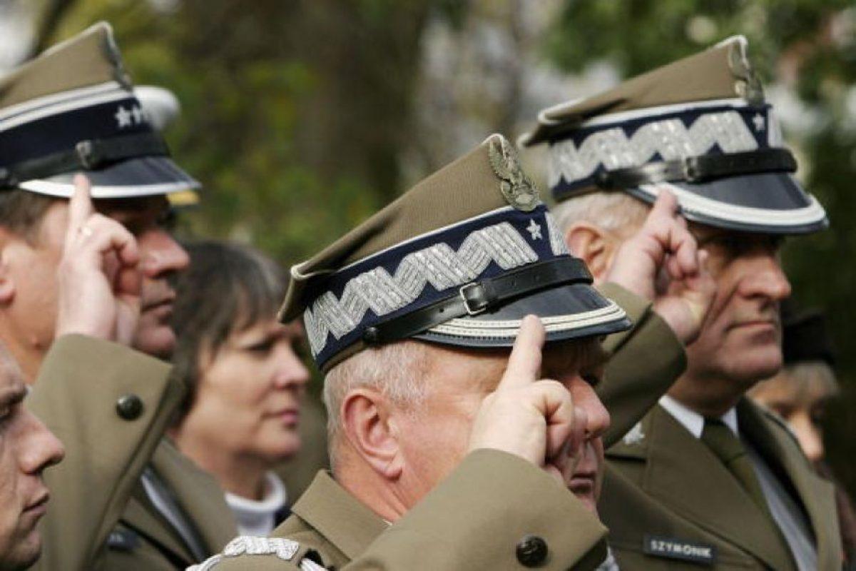 Oficiales polacos realizando el saludo de dos dedos. Uno de los más curiosos que solo se usa en Polonia. Foto:Getty Images. Imagen Por: