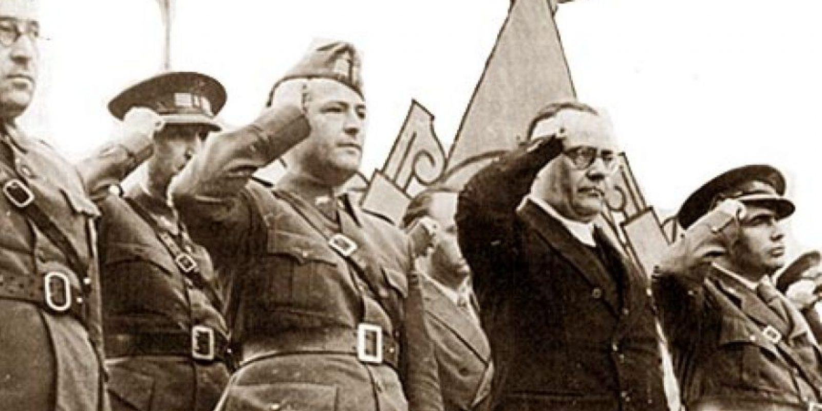 La cúpula militar de la República Española hace el saludo republicano: mano derecha empuñada en la sien. Foto:Internet. Imagen Por: