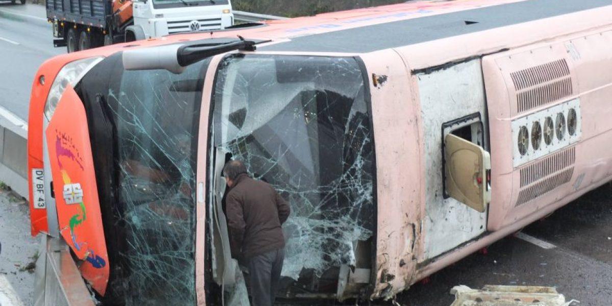 10 lesionados tras volcamiento de bus en ruta Lo Orozco