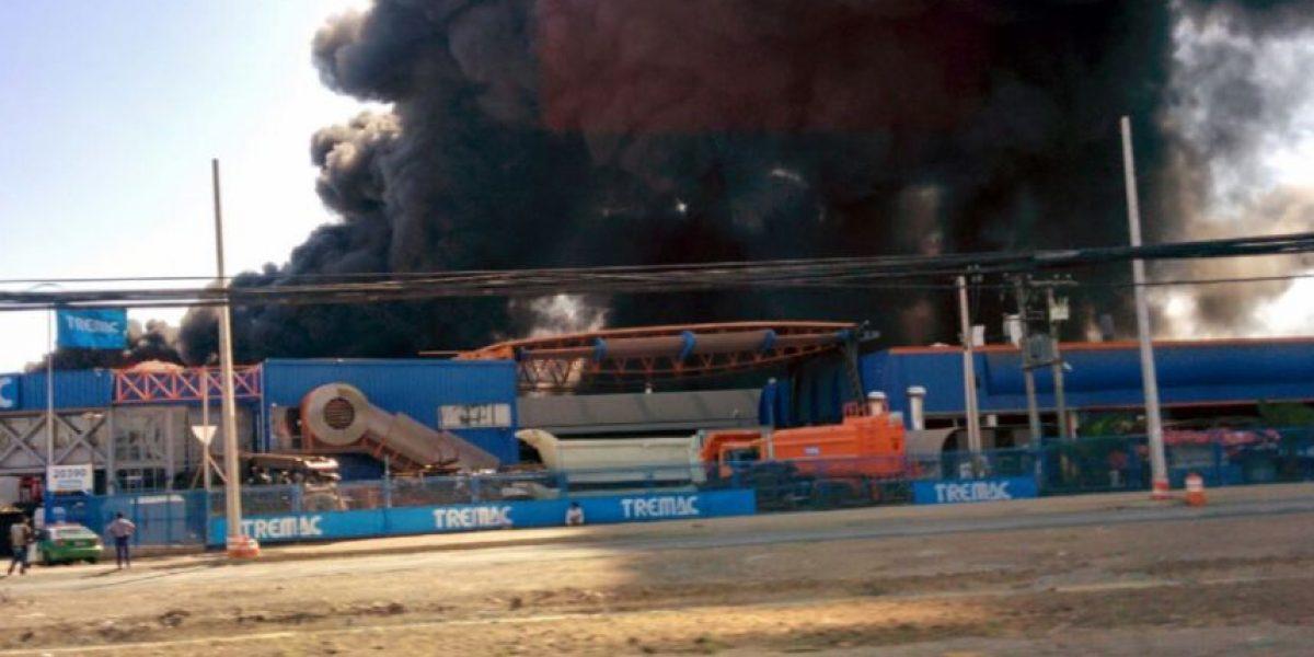 Bomberos logra controlar incendio que afectó a fábrica en Lampa