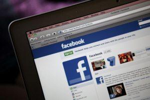 Facebook tendrá una nueva función que permitirá reportar publicaciones que tengan relación con el bienestar del usuario, para evitar suicidios o auto lesiones. Foto:Getty. Imagen Por: