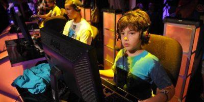 Existen varios mitos sobre los videojugadores. El primero es que no sólo juegan niños, también lo hacen adultos. Y ambos rangos etáreos tienen categorías en campeonatos profesionales alrededor del mundo.. Imagen Por: