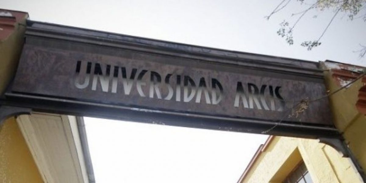 """Ministerio de Educación: Arcis """"no es sustentable"""" y evalúa traspaso de alumnos a la U. de Chile"""
