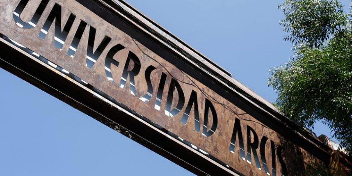 Alumnos de la Arcis se toman plantel tras anuncio de cierre de casa de estudio