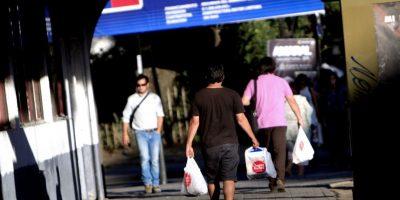 Ya suman 40 comunas las que a lo largo del país poseen ordenanzas que erradican o están en proceso de erradicar la entrega de bolsas plásticas en el comercio. Foto:Agencia UNO. Imagen Por: