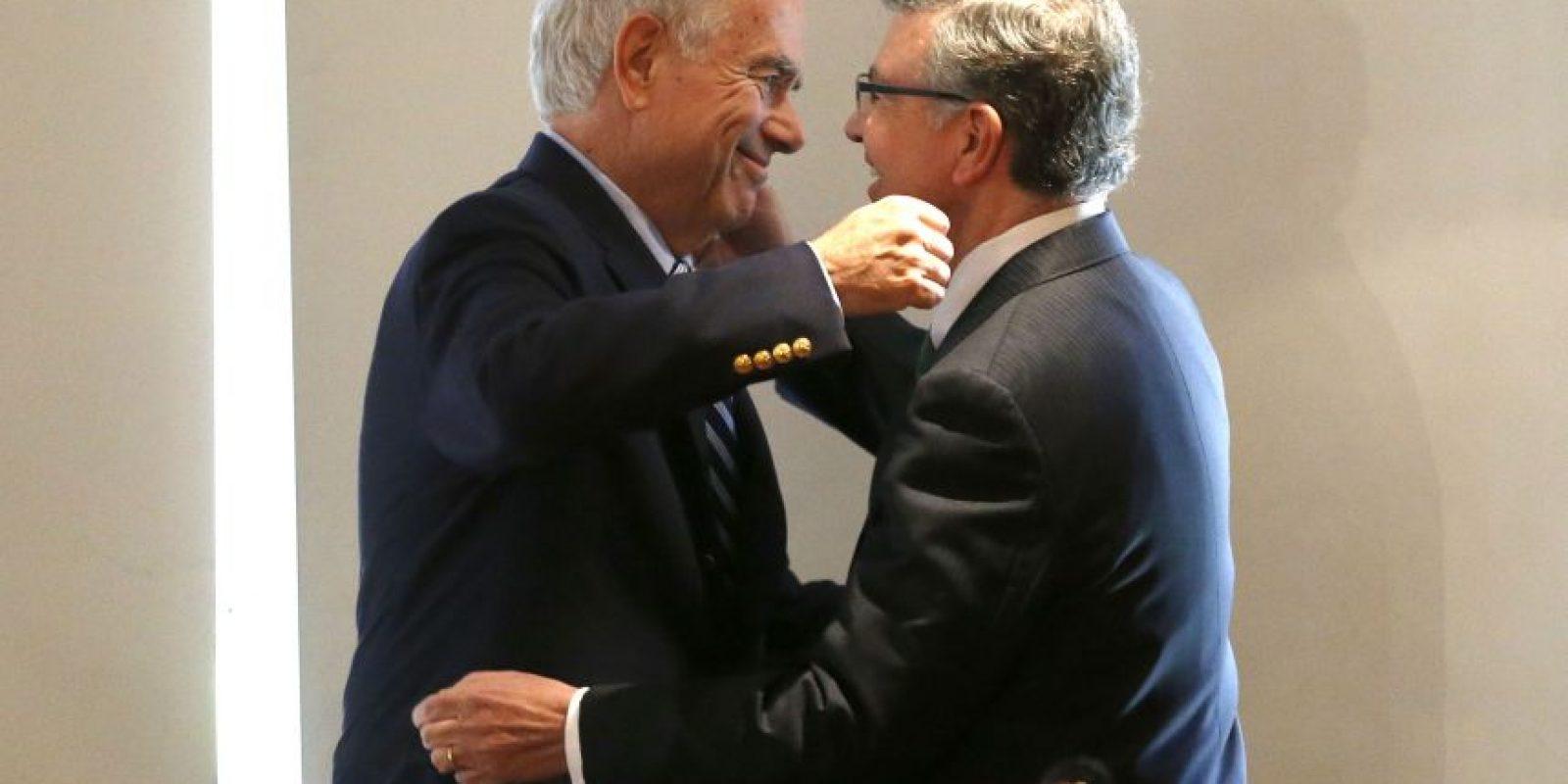 Tras 17 años desde que dejó el cargo, Joaquín Lavín vuelve a ser alcalde de Las Condes. En la foto, junto a su ahora predecesor, Francisco De la Maza Foto:Agencia UNO. Imagen Por: