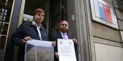 El parlamentario, junto al alcalde de Puente Alto, Germán Codina entregaron en 2015 una carta al Ministerio de salud exigiendo que se le de urgencia al nuevo hospital Sótero del Río. Foto:Agencia Uno. Imagen Por: