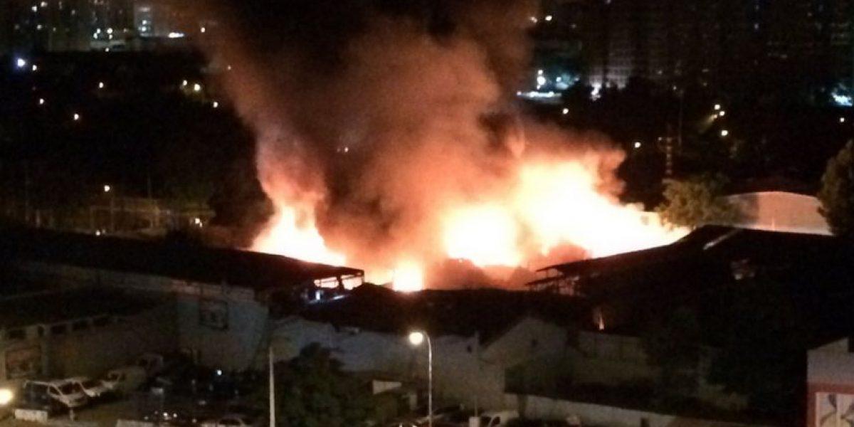 Incendio consumió fábrica de muebles en Quinta Normal