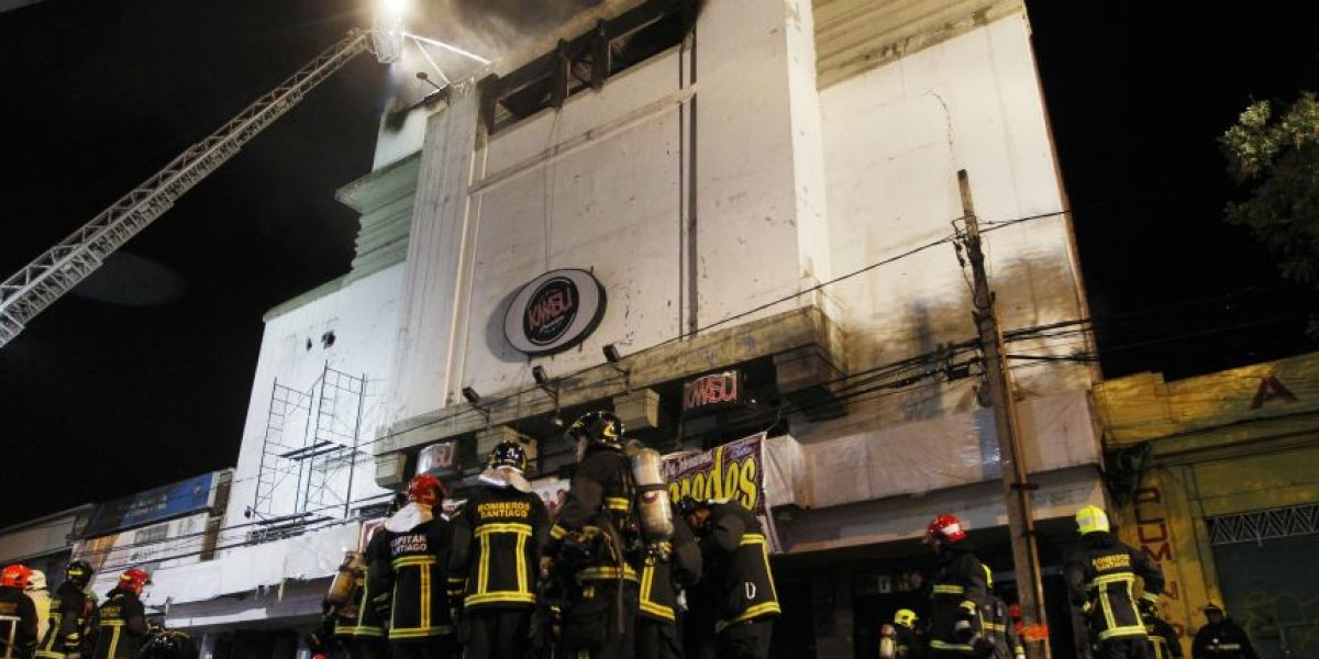Incendio destruye discoteque Kmasú de Santiago